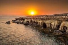 Cuevas del mar en la puesta del sol Mar Mediterráneo Composición de la naturaleza Fotografía de archivo libre de regalías