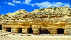 Cuevas en el puerto Willunga imagen de archivo libre de regalías