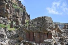 Cuevas exteriores en el monasterio de la cueva de Geghard Foto de archivo