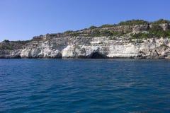 Cuevas naturales en la costa de Menorca, mar Mediterráneo, España. Fotografía de archivo libre de regalías