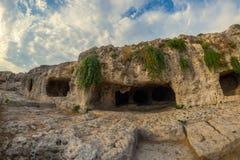 Cuevas situadas sobre el teatro griego, parque arqueológico de Neapolis, Siracusa, Sicilia, Italia Fotos de archivo libres de regalías