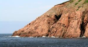 Cuevas y acantilados en el océano Imagen de archivo libre de regalías