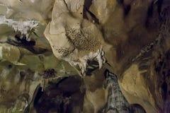 Cuevas y formaciones de la cueva en el barranco del río al lado de Bor imagen de archivo