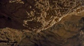 Cuevas y formaciones de la cueva en el barranco del río al lado de Bor fotos de archivo