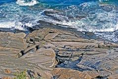 Cuevas y formaciones de roca por el mar en el área de Sarakiniko en Milos Imágenes de archivo libres de regalías