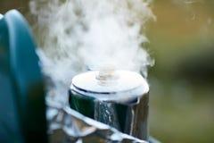 Cueza billowing al vapor de un pote de ebullición de líquido imagen de archivo libre de regalías