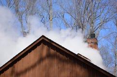 Cueza billowing al vapor de una cabaña del azúcar del jarabe de arce foto de archivo libre de regalías