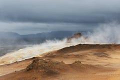 Cueza el aumento al vapor hasta las nubes oscuras pesadas, área de Hverir, Islandia Imagen de archivo