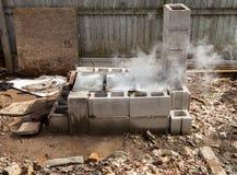 Cueza el levantamiento al vapor de la savia del arce que hierve abajo al jarabe dulce en evaporador del patio trasero Imagen de archivo