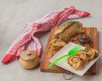 Cueza el rollo al vapor relleno con la carne en una tabla de cortar Imagen de archivo libre de regalías