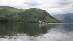 Cueza el transbordador al vapor con el distrito Cumbria Inglaterra Reino Unido del lago Ullswater de los turistas y de los turist
