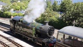 Cueza el tren al vapor que deja del vapor en la estación metrajes