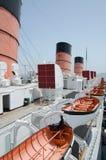 Cueza la nave, el trazador de líneas, el día, la cubierta superior con embudos y los botes salvavidas al vapor Imagenes de archivo