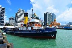 Cueza la travesía de Tug William al vapor C Daldy en puertos de Aucland - nuevo Zeala Fotos de archivo libres de regalías