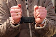 Cuffed e tenuto. Un sospetto nell'ambito dell'arresto Fotografia Stock