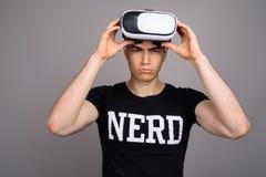 Cuffia avricolare d'uso di realtà virtuale del giovane uomo bello del nerd fotografie stock libere da diritti