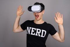 Cuffia avricolare d'uso di realtà virtuale del giovane uomo bello del nerd immagini stock libere da diritti