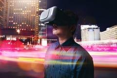 Cuffia avricolare d'uso di realtà virtuale dell'uomo immagini stock