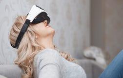 Cuffia avricolare d'uso di realtà virtuale della donna Immagine Stock
