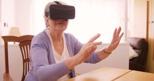 Cuffia avricolare d'uso di realtà virtuale della donna senior video d archivio