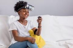 Cuffia avricolare d'uso di realt? virtuale VR della giovane donna della corsa mista su fondo bianco immagine stock libera da diritti