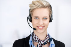 Cuffia avricolare d'uso esecutiva di servizio di assistenza al cliente femminile Immagini Stock
