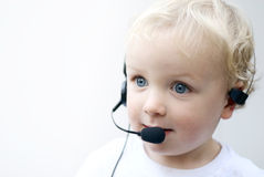 Cuffia avricolare da portare del telefono del giovane ragazzo Fotografie Stock Libere da Diritti