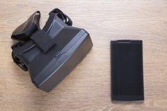 cuffia avricolare di realtà virtuale di 3d VR con lo smartphone Immagini Stock Libere da Diritti