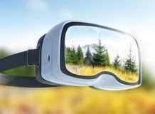 Cuffia avricolare di realtà virtuale, doppia esposizione, vista dei picchi di montagna in primavera Immagine Stock