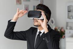 cuffia avricolare di tecnologia di visione 3d, simulazione virtuale Fotografie Stock Libere da Diritti