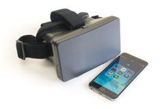 Cuffia avricolare e smartphone di realtà virtuale con VR Fotografie Stock
