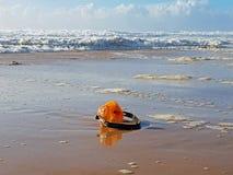 Cuffia che si trova sulla spiaggia Fotografie Stock