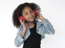 Cuffia d'ascolto di musica della ragazza africana Fotografia Stock Libera da Diritti
