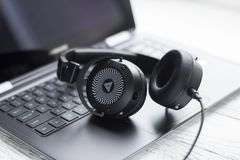 Cuffia e computer portatile neri Fotografie Stock Libere da Diritti