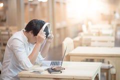 Cuffie d'uso del giovane uomo asiatico che ascoltano la musica Fotografia Stock Libera da Diritti