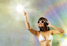 Cuffie d'uso della ragazza del bikini Fotografie Stock Libere da Diritti