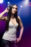 Cuffie da portare del DJ della bella donna Fotografie Stock
