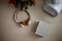 Cuffie di Bluetooth con una scatola bianca fotografia stock libera da diritti