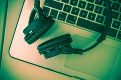 Cuffie e computer portatile Immagine Stock Libera da Diritti