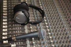 Cuffie e microfono sul vecchio miscelatore sano sporco Fotografia Stock