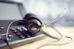Cuffie e telefono della cuffia avricolare nella call center fotografia stock libera da diritti