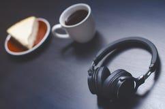 Cuffie su un fondo scuro Accessori di musica Cuffie di Bluetooth senza cavo fotografia stock libera da diritti
