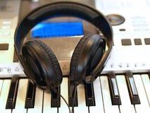 Cuffie sulla tastiera Fotografia Stock Libera da Diritti