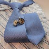 Cufflinks en blauwe band op overhemd Royalty-vrije Stock Afbeeldingen