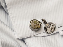 Cufflinks op witte overhemdenkoker Stock Afbeelding
