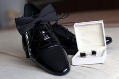 Cufflinks van de bruidegom, schoenen en papillon Stock Foto's
