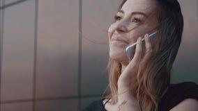 CUflickaskratt, leenden och samtal på telefonen stock video