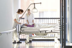 Cuida la cama de hospital paciente Fotografía de archivo
