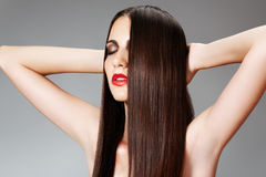 Cuidado da beleza. Mulher com penteado slicked brilhante Fotografia de Stock