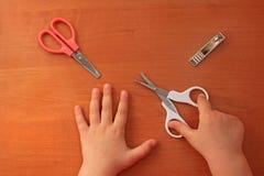 Cuidado da mão e do prego para a criança tratamento de mãos do ` s das crianças Vista de acima fotografia de stock